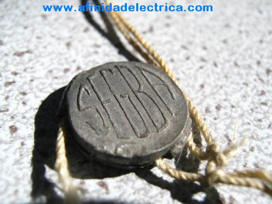 El paso siguiente en la especialización del hurtador de energía eléctrica, luego de las conexiones directas y puentes, es la manipulación de medidores.