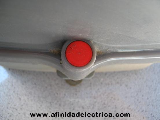 Sellos plásticos encastrables a presión tipo snap seal que bloquean el acceso a los tornillos de cierre de medidores.
