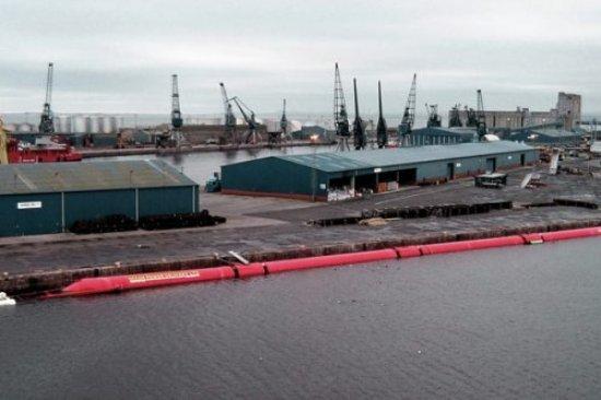 Se trata de tres maquinas que, con el aspecto de una gran serpiente marina roja, son capaces de generar 750KW de electricidad cada una a partir del movimiento generado por el oleaje. Energía suficiente para abastecer unos 1500 hogares.