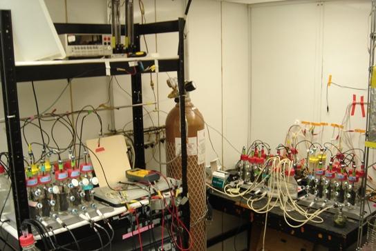 """Hoy, tres celdas microbianas de combustible de lodo pueden producir el equivalente a dos pilas """"doble A"""", es decir, energía suficiente para activar una calculadora o un artefacto pequeño."""