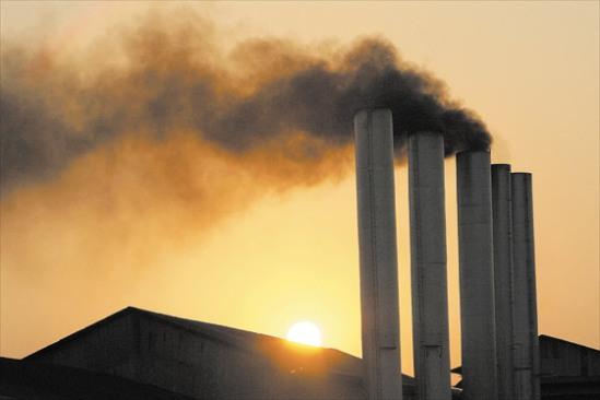 Sin embargo, las mayores eficiencias en el uso de combustibles fósiles y en las reducciones obligatorias de las emisiones que contribuyen al calentamiento global, por sí mismas, no son suficientes para abordar de forma adecuada la crisis sin precedentes del calentamiento global y del cénit de la producción mundial de petróleo y gas.
