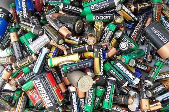 Si utiliza con frecuencia pilas o baterías (nunca tire a la basura las usadas), procure que estas sean recargables.