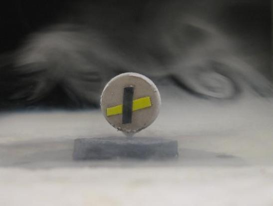 La superconductividad es uno de los descubrimientos más fascinantes de la ciencia del siglo XX. Su gama de aplicaciones es amplísima, pero abarca esencialmente tres tipos: la generación de campos magnéticos intensos, la fabricación de cables de conducción de energía eléctrica y la electrónica.