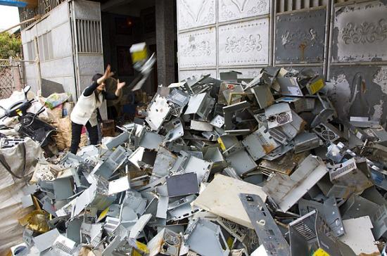 En teoría, reciclar el oro de las tarjetas madre de computadoras caducas es mucho más rentable y causa menos destrucción ecológica que extraerlo de la roca, lo que a menudo pone en peligro selvas tropicales primigenias.