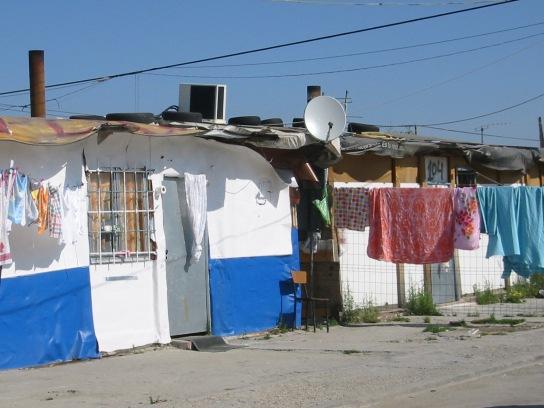 Pero la realidad es más compleja: millones de hogares argentinos que no tienen acceso a las redes de agua y gas, dependen exclusivamente de la electricidad para extraer agua de pozo con sus bombas y, excepto que consigan garrafas baratas, también para calentarse durante el invierno.