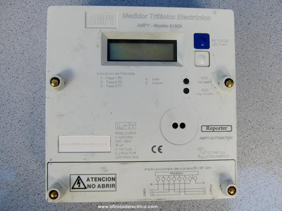Se trata de un Medidor de energía Activa y Reactiva, Trifásico, Monotarifa de 220 / 380V-240 / 415V por fase, frecuencia 50Hz, rango de corriente 5-120A. Contiene 3 elementos de medición independientes que permiten medir el consumo de energía en hasta 4 hilos.