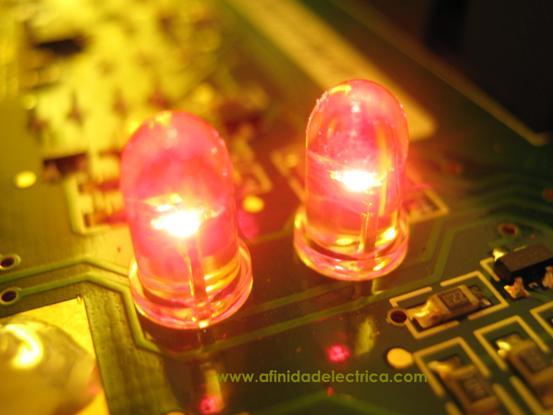 El equipo cuenta con 2 LEDs rojos de alto brillo, montados en la placa y de visualización directa desde el panel frontal del medidor, que emiten pulsos con una relación de 1.000 pulsos por kWh (LED superior) y kVArh (LED inferior) medidos en los 3 elementos para la registración de energía.