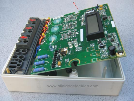Extrayendo la placa por su sector superior y girándola sobre los cables de conexión a la bornera observamos la cara posterior del circuito impreso: