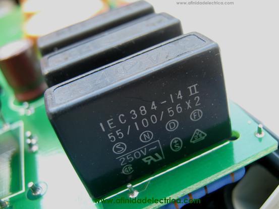 Estos capacitores de film de poliéster metalizado (Metalized polyester film capacitor) tienen la función de filtro de línea o supresión de ruidos e interferencias.