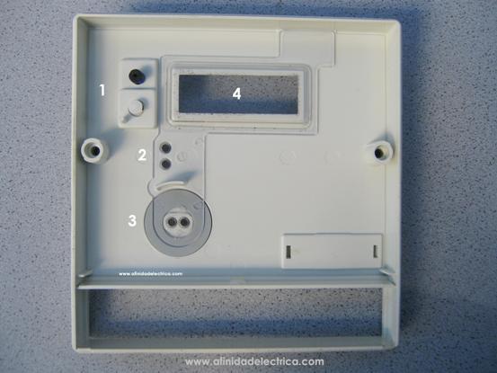 Una vez extraídos los tornillos, se retira la tapa de carcaza del medidor tirando de la misma de manera suave hacia el frente.