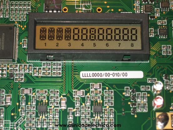 Observamos un display de cristal líquido LCD (Liquid Crystal Display) que contiene cuatro dígitos alfanuméricos, ocho numéricos de 8 mm de altura y ocho números indicadores de función en su sector inferior.