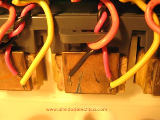 La corriente es medida mediante sendos shunts ubicados entre los bornes de entrada y salida de corriente del medidor en cada fase.