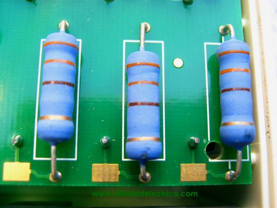 La medición de tensión se consigue al dividir la tensión de línea mediante sendos divisores resistivos. En la figura observamos las resistencias de precisión de metal film de 330 Ohm y 2 watts de disipación.