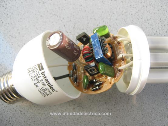 Una vez abierto este receptáculo plástico nos encontramos con la placa de circuito electrónico que cumple la función de balasto.