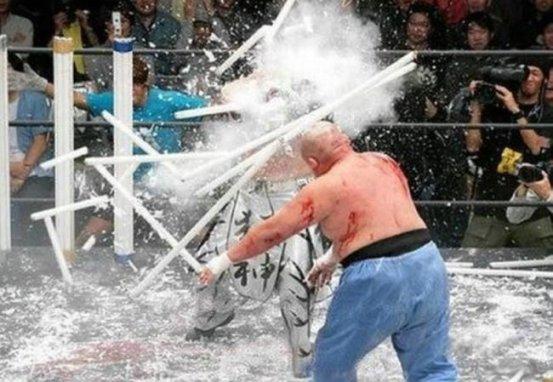 Hace furor en Japón este bizarro, contaminante y peligroso espectáculo: La brutal lucha libre denominada Light Tube Death Match en la cual todo el ring esta rodeado de tubos fluorescentes que los luchadores utilizan a modo de armas.