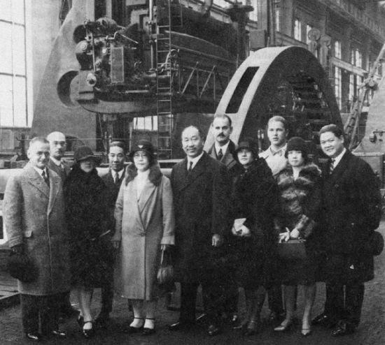 En 1890, AEG Y Oerlikon utilizaron 40 Hz para su línea eléctrica trifásica de 175 km desde Frankfurt (receptores) a Laufen (producción) utilizando un alternador de 50V de tensión de fase, 32 polos cuyo rotar giraba a 150 rpm, lo que nos da una frecuencia de 40 Hz.