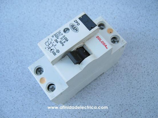 Procederemos al despiece de un interruptor diferencial Zoloda ZPD hasta llegar hasta sus mínimos componentes y explicaremos la función de cada una de ellos.