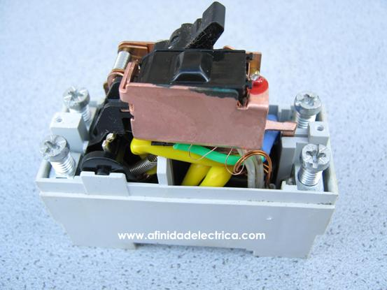 El solenoide es el encargado de accionar el gatillo del mecanismo de disparo que produce la desconexión del circuito cuando el disyuntor detecta diferencias entre las corrientes de fase y neutro.