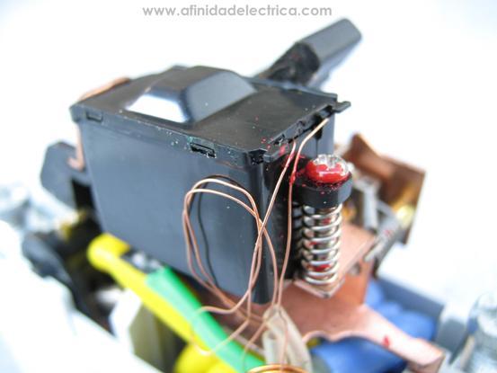 Una vez retirada la tapa metálica de este compartimiento, se observan las dos conexiones de la bobina del solenoide y su sistema de sujeción compuesto por un tornillo y un resorte.