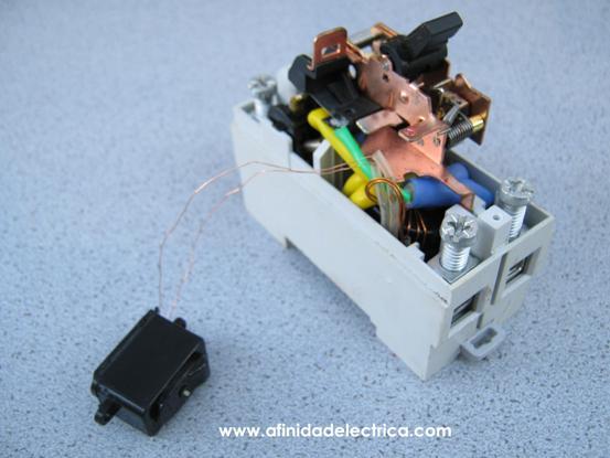 Retirando este tornillo se desmonta el solenoide y se verifica que sus cables se encuentran conectados al transformador toroidal.