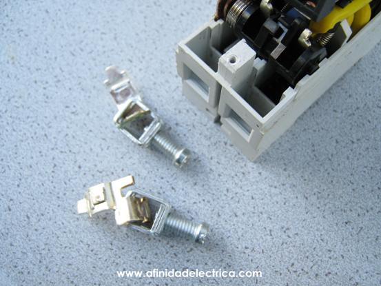 El siguiente paso es la remoción de las borneras de entrada y los contactos principales del disyuntor. Estos se encuentran encastrados a presión en la base de la carcasa del equipo.
