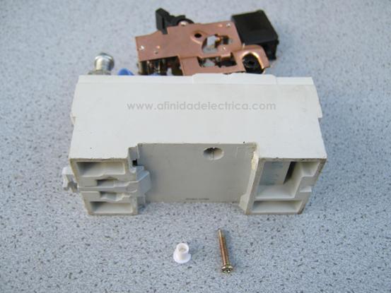 Para la extracción del mecanismo de disparo se debe retirar el tornillo ubicado en la parte posterior de la carcasa y oculto tras un tapón plástico blanco.