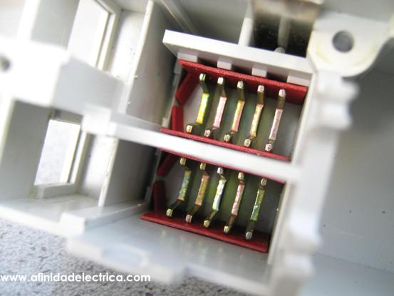 La cámara apagachispas cumple la función de extinción del arco eléctrico que se produce en los contactos durante la apertura del circuito.