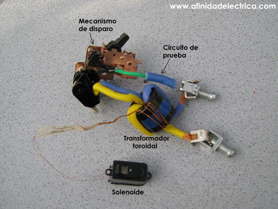 """Lo último que se extrae del aparato es el conjunto """"electromagnético"""" que esta compuesto por el transformador toroidal y el circuito de prueba."""