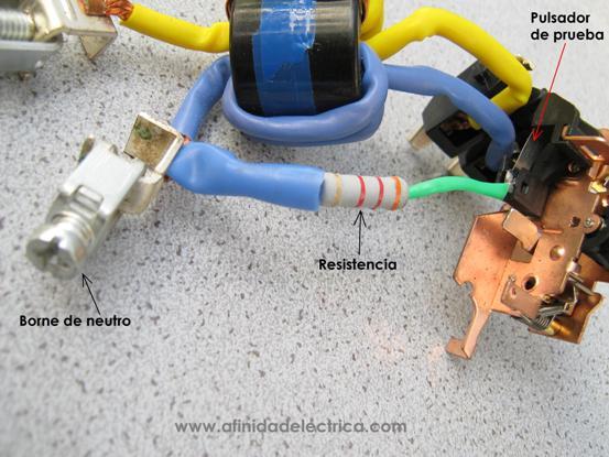 El circuito de prueba o test produce la simulación de falla mediante la derivación de una corriente de fuga entre entrada y salida del dispositivo sin ser censada por el toroide.