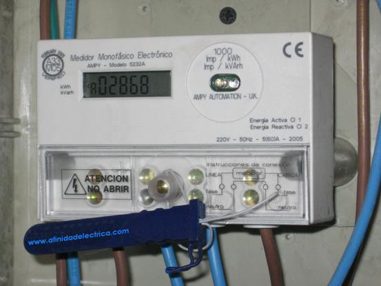Estos LEDs rojos, ubicados en el panel frontal del medidor, presentan una pulsación proporcional a la energía utilizada según sendas constantes de integración: 1000 impulsos/kWh para la energía activa y 1000 impulsos/kVarh para la energía reactiva.