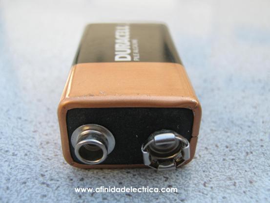 Procederemos al despiece de una batería alcalina de dióxido de manganeso Duracell MN1604 6LR61.