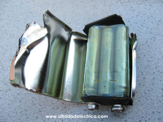 Para la extracción de la carcasa metálica, se abre la misma por la costura o unión ubicada en uno de los laterales con la ayuda de unas pinzas.