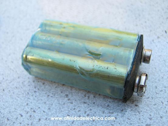 Una vez retirada la carcasa encontramos un encapsulado plástico cuya función es el sellado contra factores externos y la aislación eléctrica entre sus componentes y la tapa metálica.