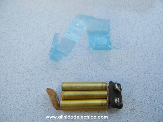Al retirar el empaque plástico observamos que la batería esta compuesta por seis pilas alcalinas AAAA de 1,5V cada una.