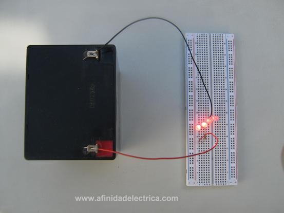 En la imagen se observa el cableado de todos los elementos en una placa de prototipos.