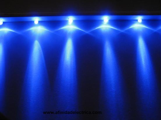 En la siguiente imagen se muestra una barra de LEDs azules montados sobre un perfil de PVC utilizada para la iluminación de un acuario: