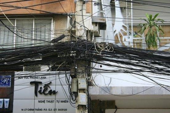 Los cables suspendidos tapan la visual, perjudican la estética y hasta pueden ser peligrosos cuando se cortan y quedan suspendidos.