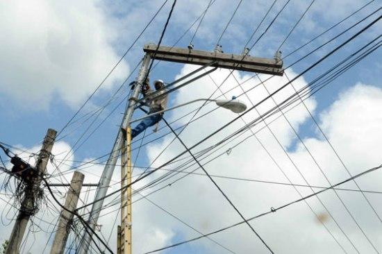 """En la calle Livia Veloz número 9, de Los Prados, la PGASE y la SIE, comprobaron un fraude al establecer que los beneficiarios utilizaban un transformador o """"cajita mágica"""" para hacer manipulaciones internas en la instalación eléctrica."""
