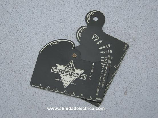 Es un calibre o instrumento para medición e inspección visual que permite determinar las dimensiones de diferentes tipos de cañerías denominado Three Point Gage manufacturado por la Three-Point Gage Co. de Chicago, Illinois en el año 1943.