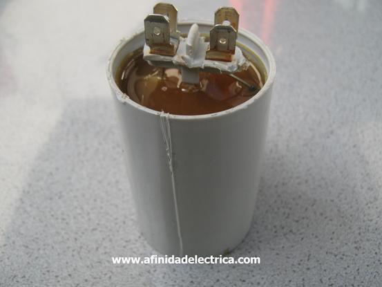 El siguiente paso del despiece es la extracción del envase o cilindro de cobertura para lo que realizamos un corte en el tubo y quitamos por piezas el revestimiento plástico.