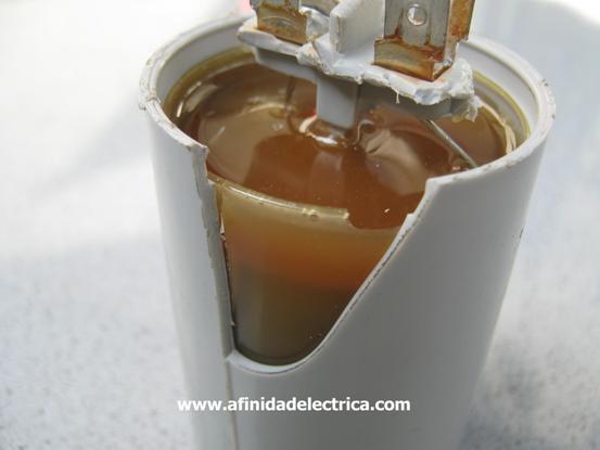 En caso de no estar quemado el capacitor, este envase podría extraerse entero tirando de los terminales.