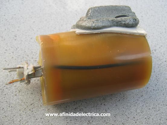 Inyectado en la resina encontramos el cable de conexión desde la metalización inferior hasta el terminal de salida.