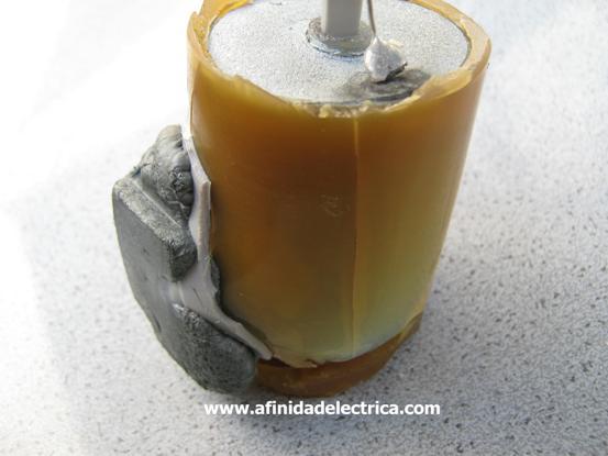 Para luego quitar el cilindro lateral mediante un corte vertical en la resina. Este material es elástico y su extracción no presenta dificultad.