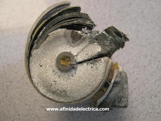 Entonces, a fin de llegar al centro del capacitor, procedemos a cortar con sierra por el plano axial del cilindro.