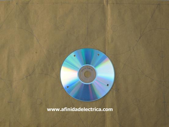 Para calcular su ubicación dibujamos un molde en el que ubicamos tres CDs inscritos en un triángulo equilátero y sus conexiones con otros triángulos linderos.