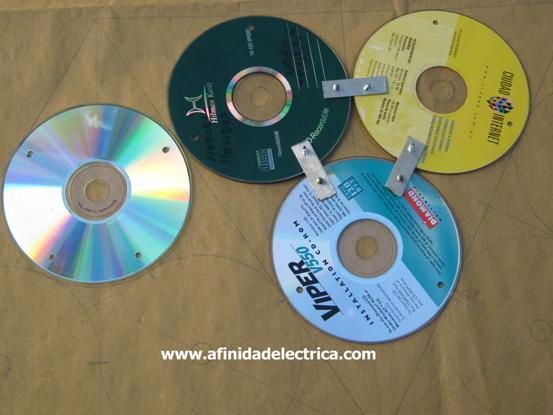 Se debe tener en cuenta que para el montaje de los triángulos, se utilizan los dos orificios más próximos de los compact disc.
