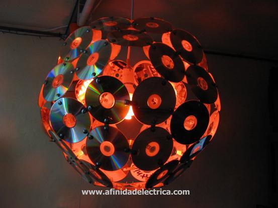 Para lograr un efecto decorativo agradable optamos por colocarle una lámpara helicoidal de bajo consumo de color rojo de 15W.
