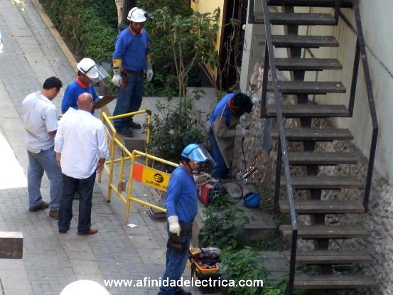 """Un buen ejemplo de acción en este sentido es la de una distribuidora eléctrica del Perú que al detectar un caso fraude estaciona en el lugar un vehiculo identificado con una leyenda enorme de """"Control de Hurto de Energía""""."""