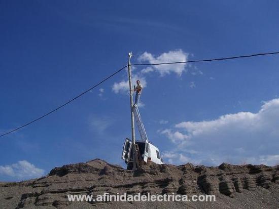 Trabajé varios años en una compañía distribuidora de energía de Uruguay. Allí me desempeñé como instalador e inspector de medidores en terreno, también realicé tareas de cortes por morosidad,