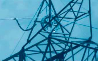 Se realizó el tendido de la fibra óptica, mientras un grupo de apoyo siguió al alacrán durante todo el trayecto a fin de controlar que pase sin inconvenientes por cada una de las roldanas y que cable de fibra óptica y cordina no bajen de la altura prevista.